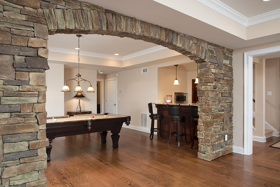 существует очень арка из декоративного камня в квартире фото собой